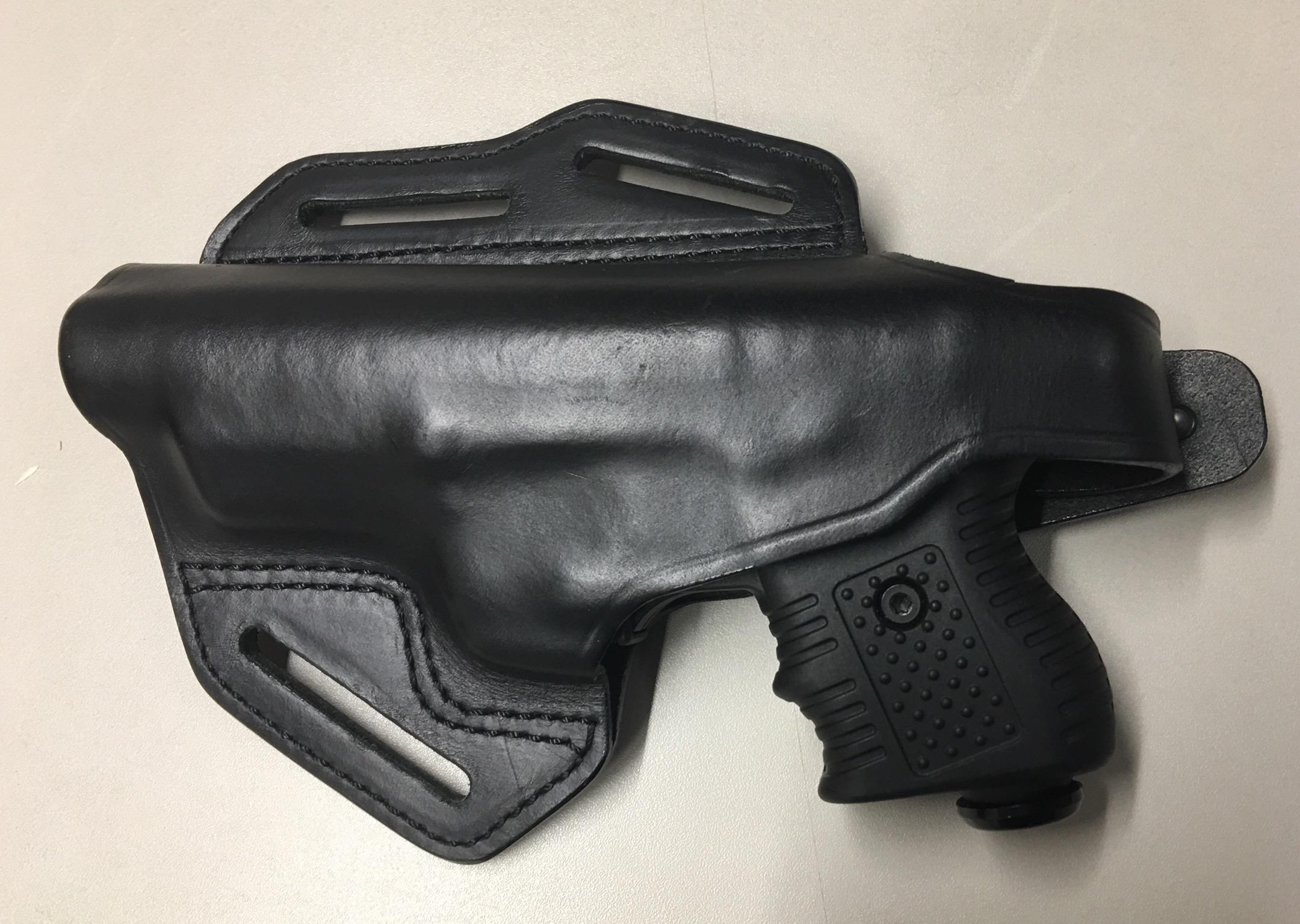 Das Bild zeigt ein <a href=1260283-RH.htm>neues Lederholster </a> in Rechtsausführung. Das gäbe es auch für Linkshänder.