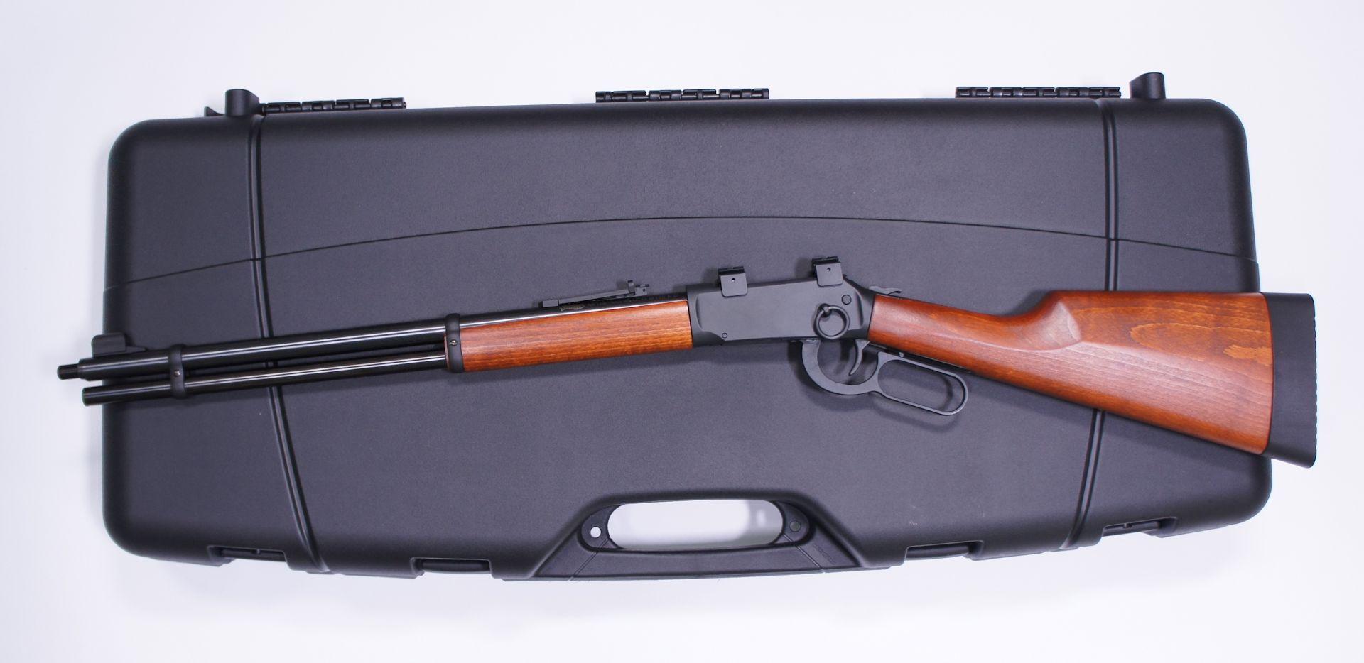 Negatives Anwendungsbeispiel vom kurzen Gewehrkoffer mit Leveraction Gewehr, was schon nicht mehr passt. Man muss hier also wirklich die Waffenlänge beachten.