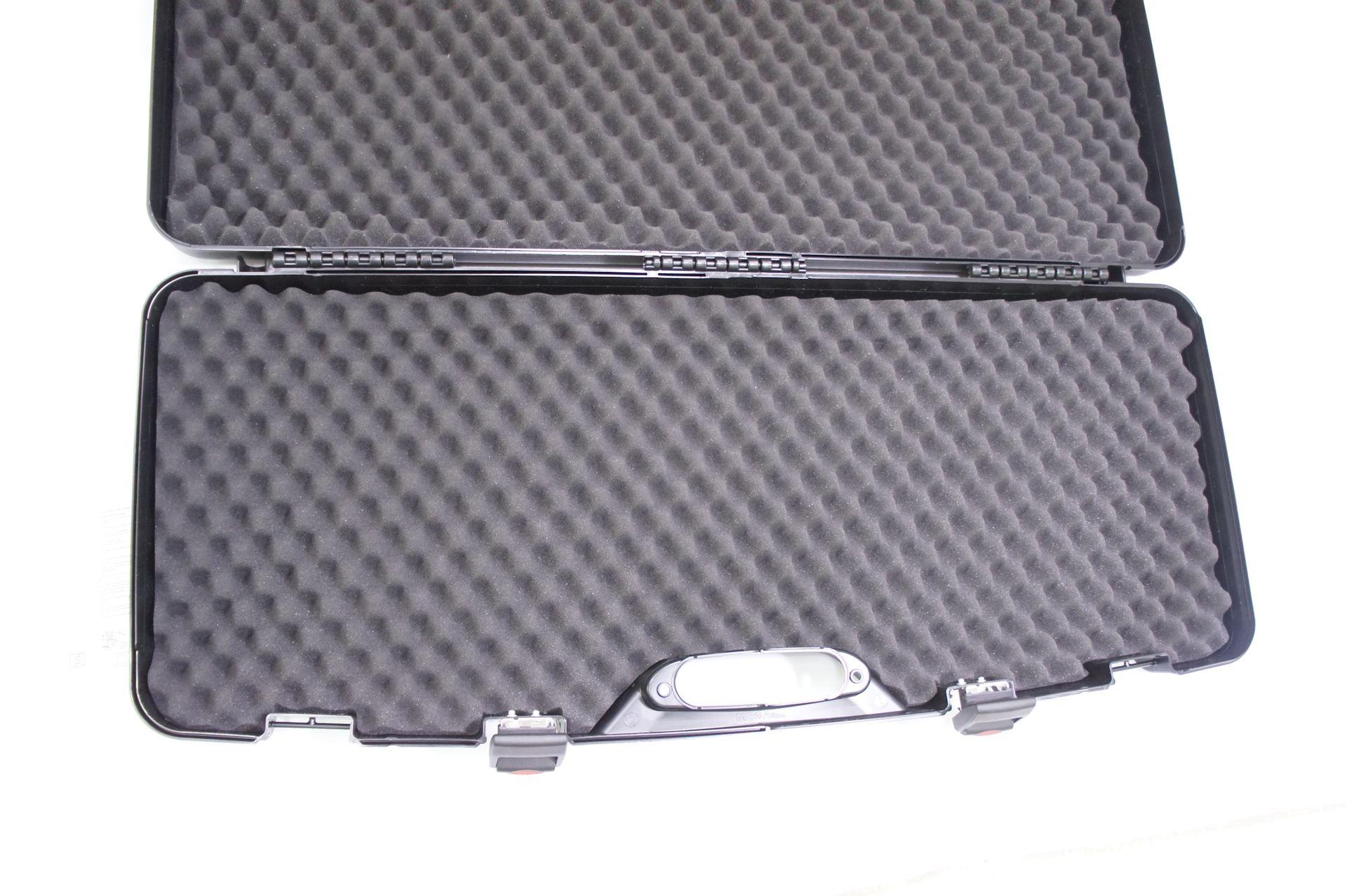 Der kurze Langwaffenkoffer aus wertigem schwarzem Kunststoff hat ein Noppenpolster für sicheren Halt