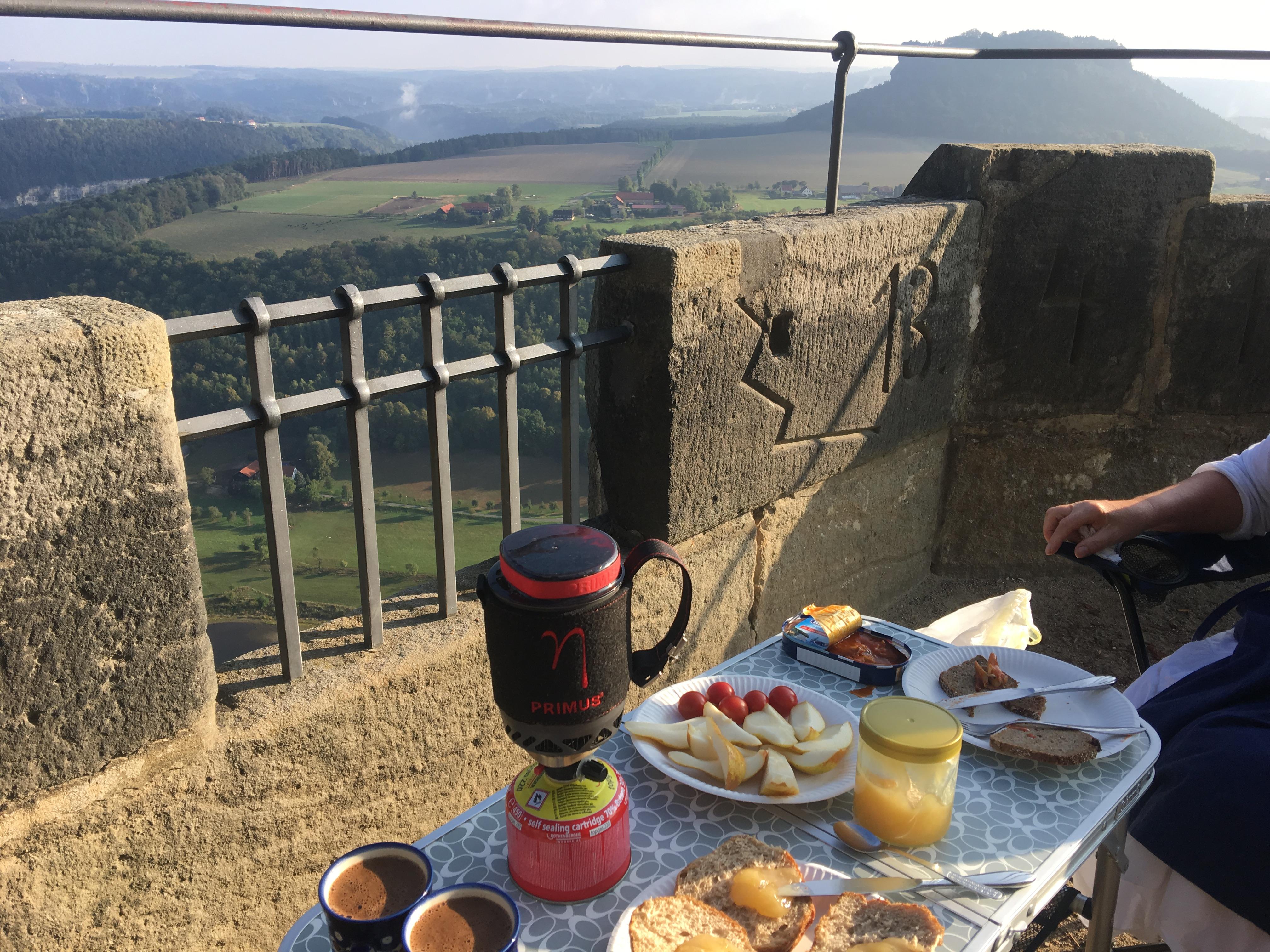 Wenn man die Chance hat, an so einem schönen Ort zu frühstücken, ist dieser Kocher unheimlich praktisch (Bild mit Vorgängermodell).