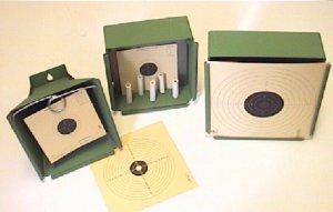 Kugelfänge im Größenvergleich von links nach rechts / Trichterkugelfang Nr. 1310601 für Scheibenformat 14x14cm Kugelfang Nr. 1310602 mit Halter für Tonröhrchen für Scheibenformat 14x14cm Kugelfang Nr. 1310603 für Scheibenformat 17x17cm